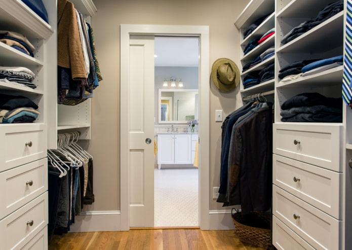 дверь-пенал в интерьере гардеробной