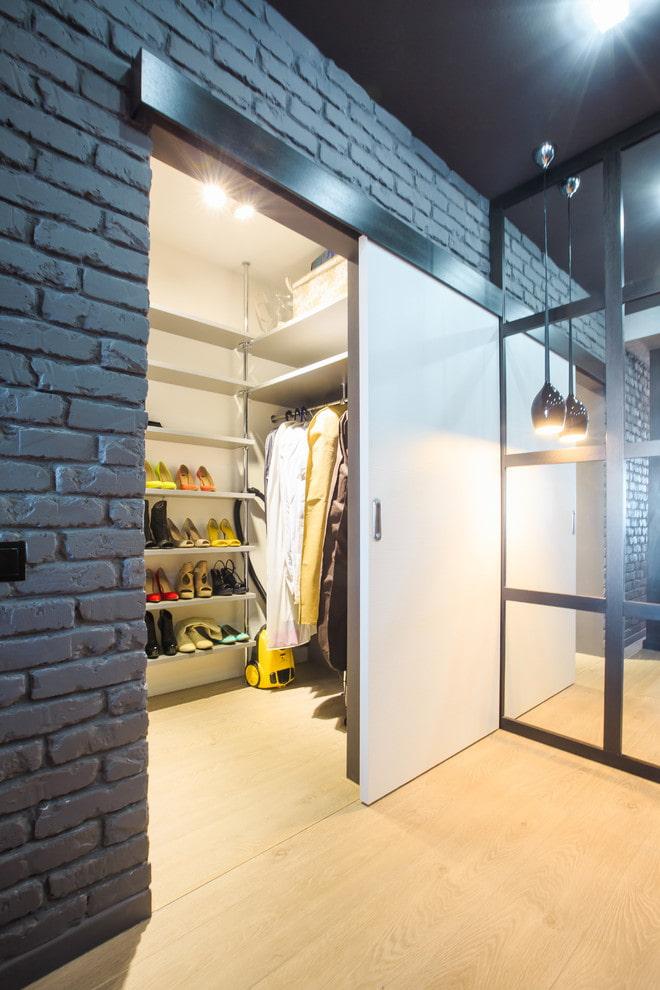 гардеробная с белыми дверями в интерьере