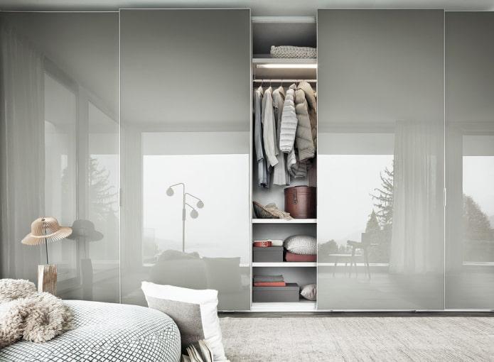гардеробная с раздвижными дверями в интерьере