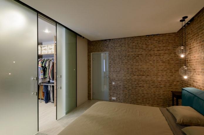 гардеробная с раздвижными дверями в интерьере спальни