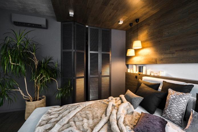 гардеробная с жалюзийными дверями в интерьере спальни