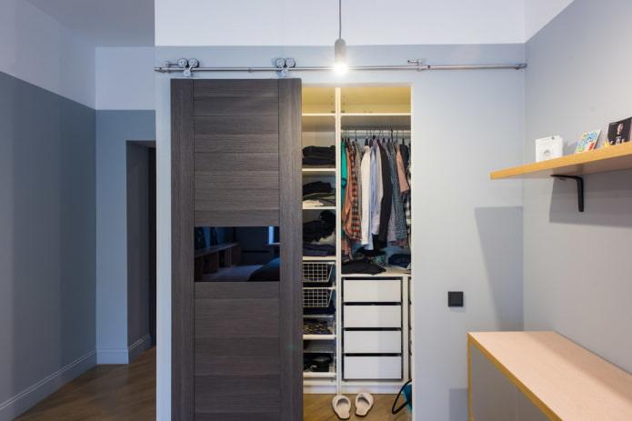 гардеробная с откатной дверью в интерьере