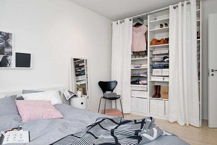 маленькая спальня с гардеробной за шторами