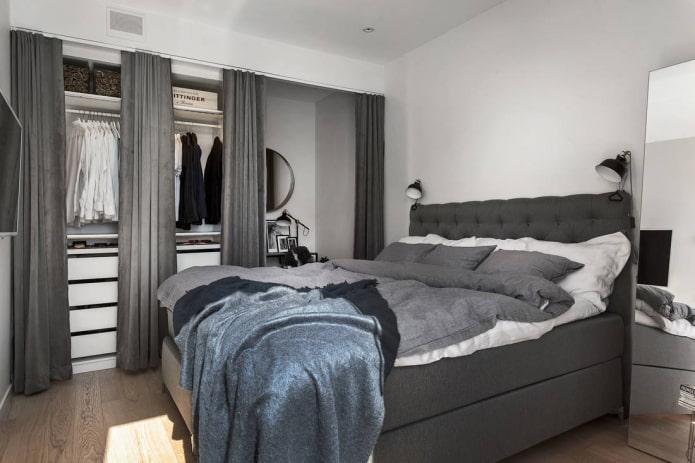 гардеробная с текстильными полотнами в нише в интерьере