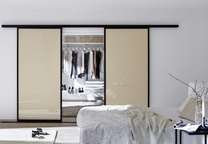 гардеробная с бежевыми дверями в интерьере