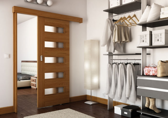 гардеробная с коричневыми дверями в интерьере