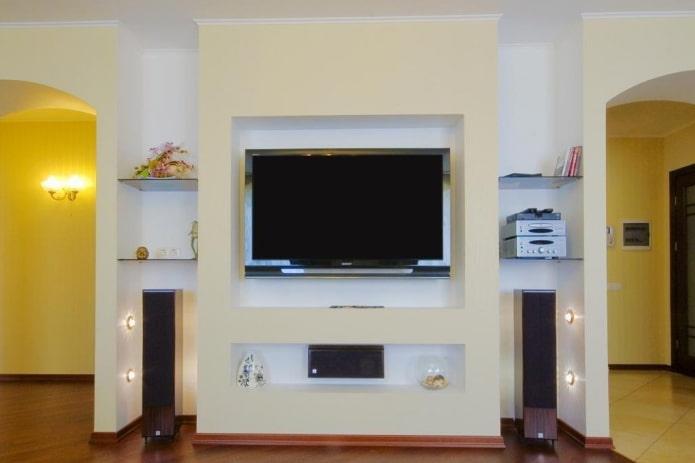 телевизор с колонками в нише в интерьере