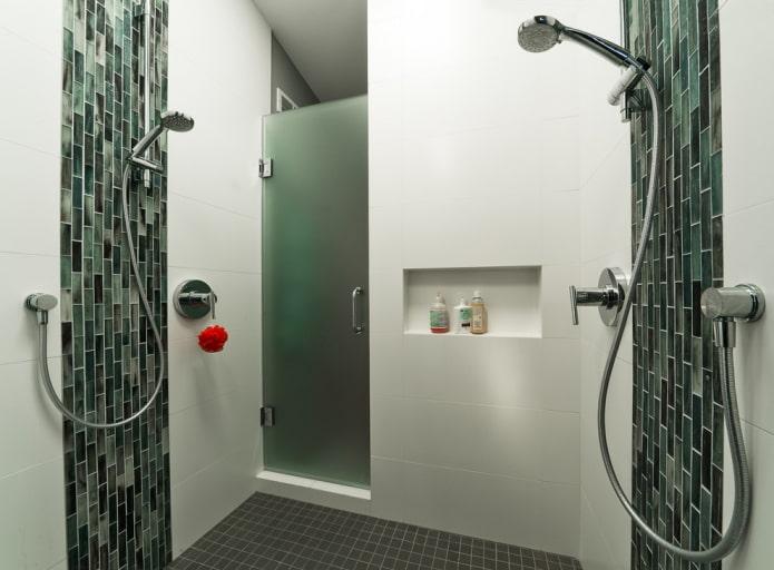 ниша для шампуней в интерьере ванной