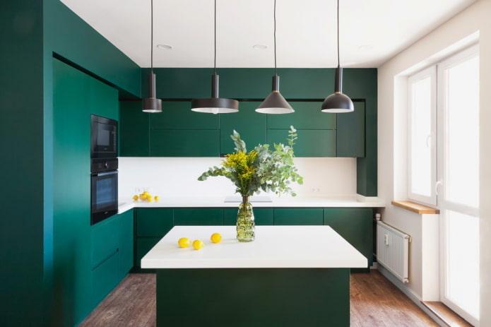зеленая кухня в нише в интерьере