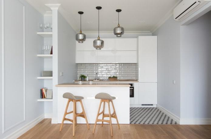 белая кухня в нише в интерьере