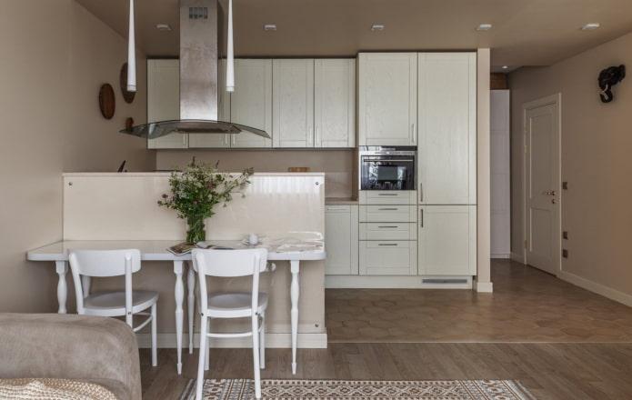 бело-деревянная кухня в нише в интерьере