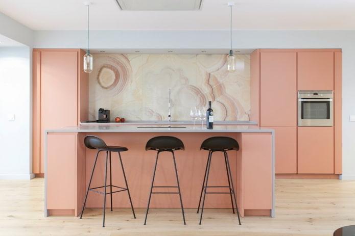 розовая кухня в нише в интерьере