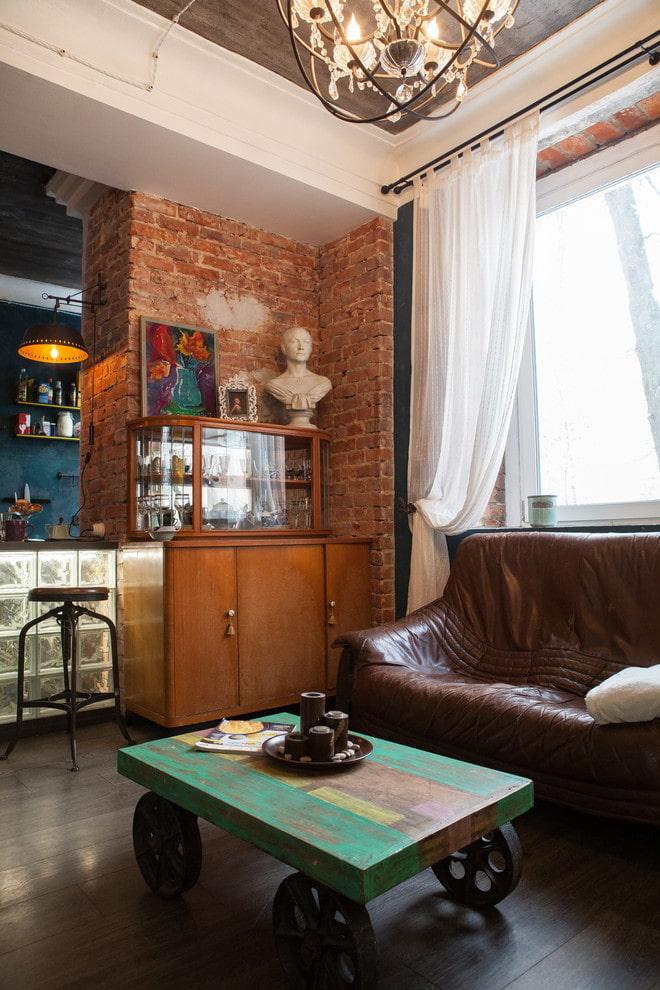 кофейный столик в интерьере в стиле лофт