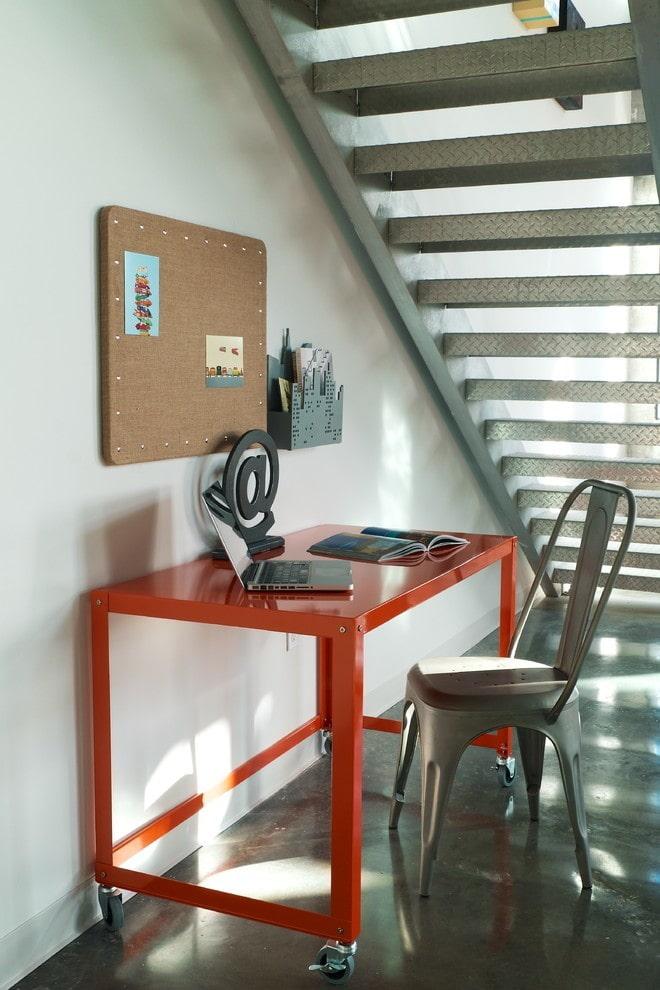 компьютерный стол в интерьере в стиле лофт
