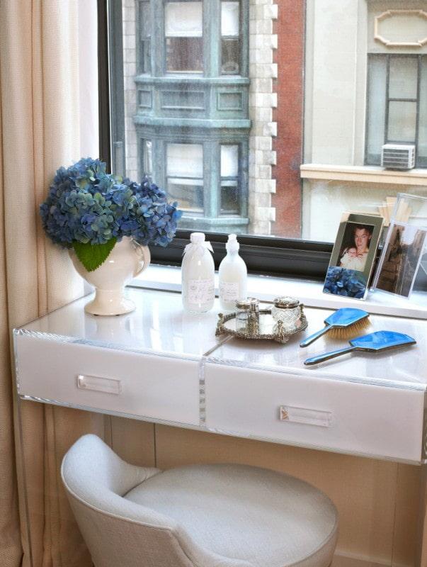 Стол-подоконник: 60 фото в кухне, детской, спальне, гостиной, лоджии и кабинете