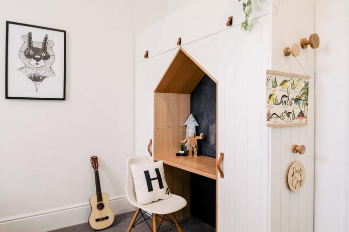 стол встроенный в мебель в интерьере