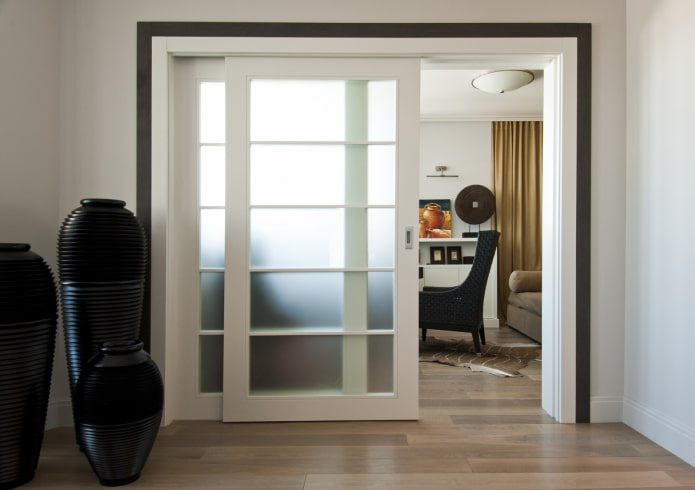 Межкомнатные двери со стеклом: 70 фото в интерьере, красивые идеи оформления