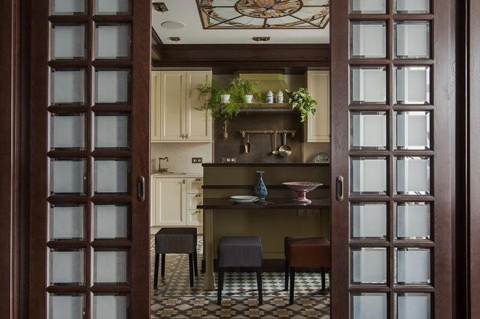 двери с квадратными вставками из стекла