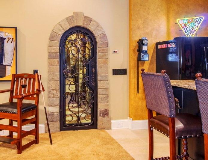 Одностворчатая металлическая дверь с ажурным узором