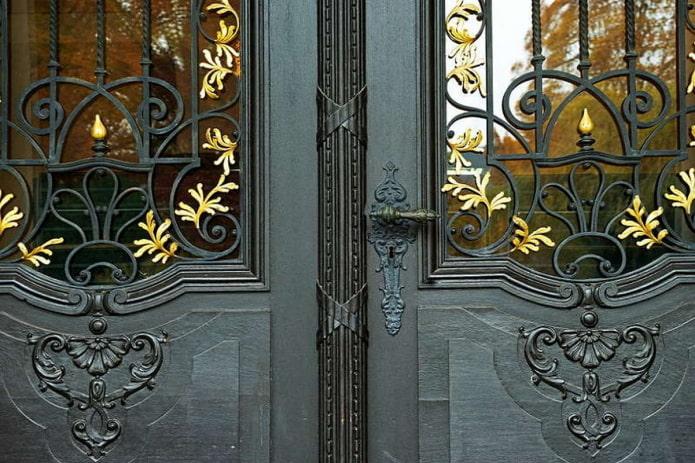 фрагмент декора входной двери