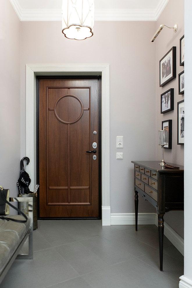входные коричневые двери в интерьере
