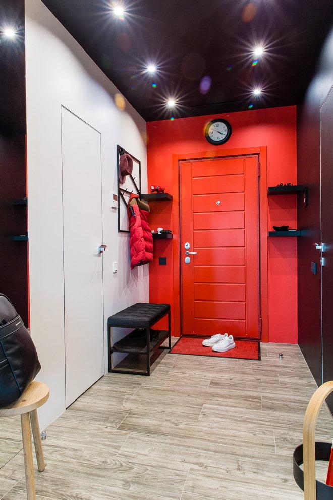 входные цветные двери в интерьере