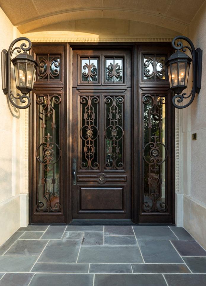 входные кованые двери в экстерьере