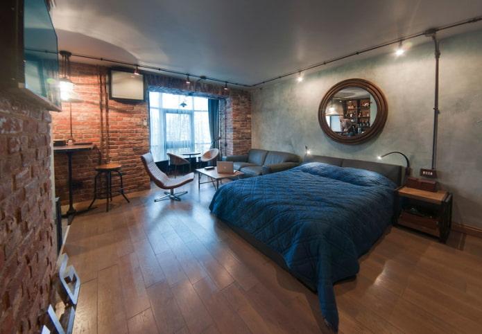 Большая двуспальная кровать в гостиной