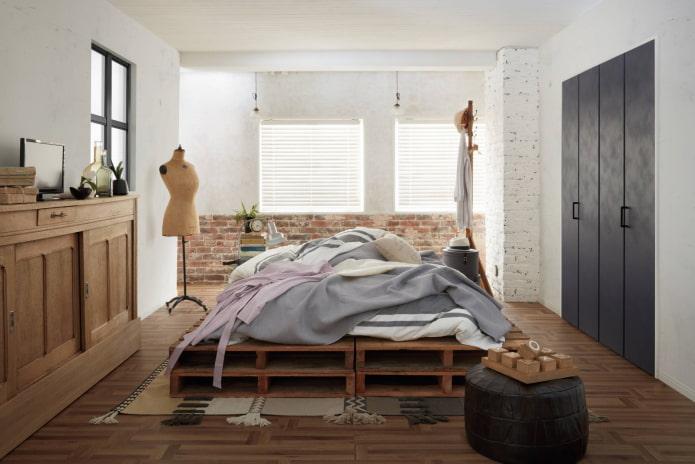 кровать посередине комнаты