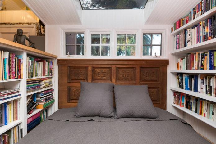 кровать в окружении книг