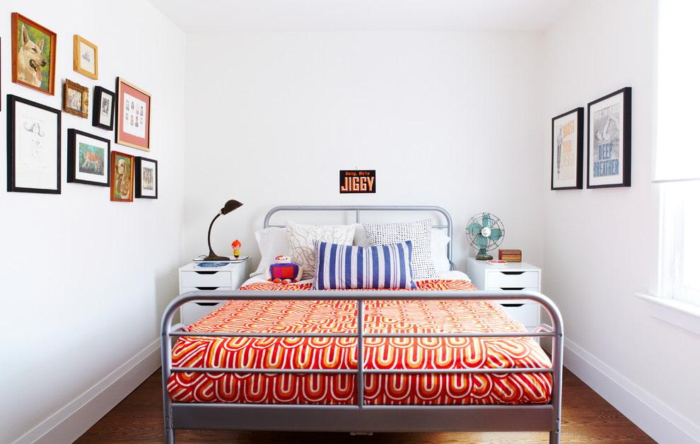 Кровать в спальне относительно двери