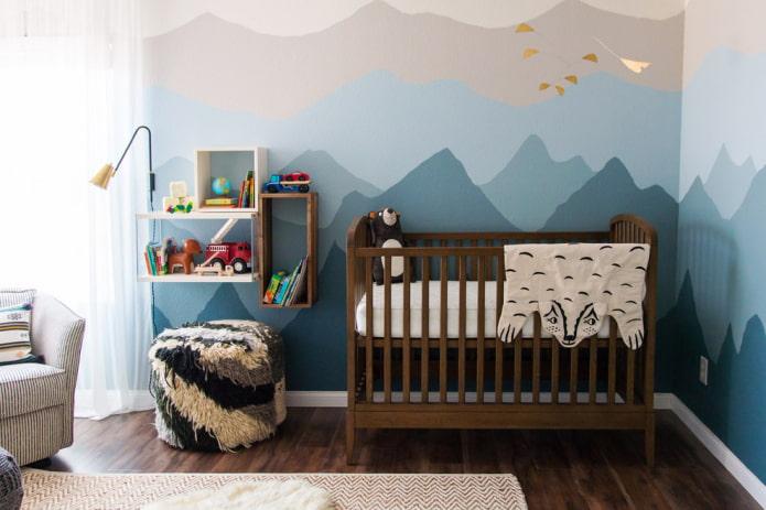 коричневая кроватка для малыша в интерьере