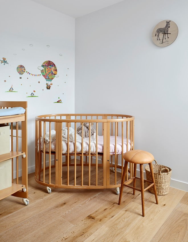 овальная кроватка для малыша в интерьере