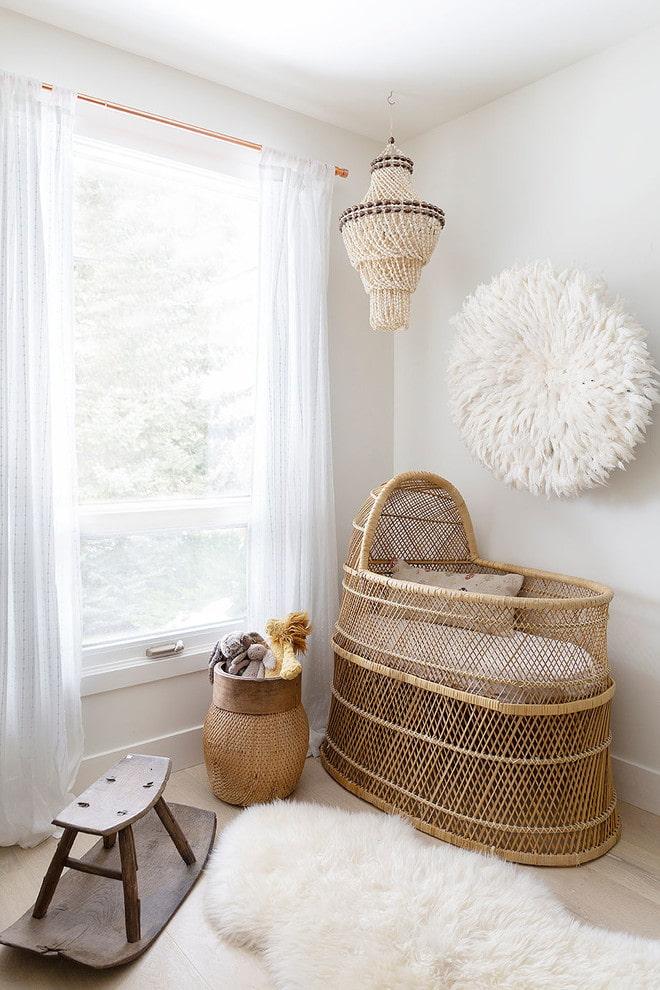 плетеная детская кроватка в интерьере