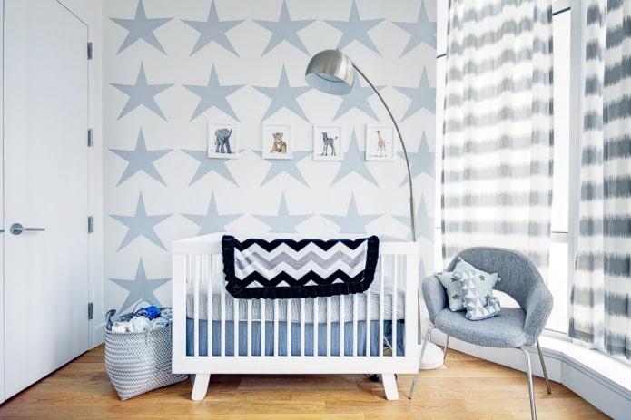 белая кроватка для малыша в интерьере