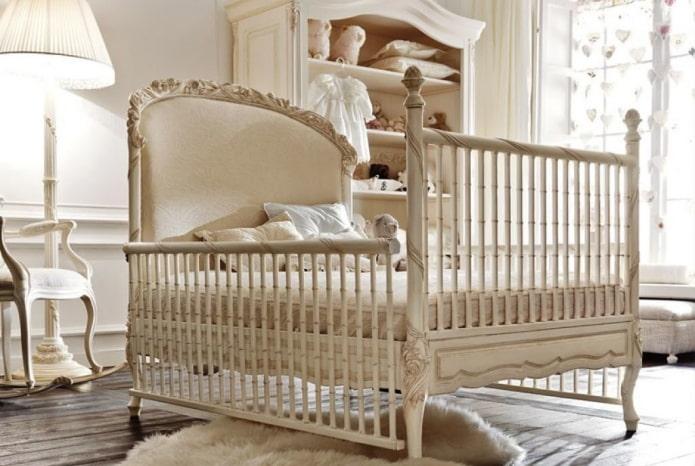 резная детская кроватка в интерьере