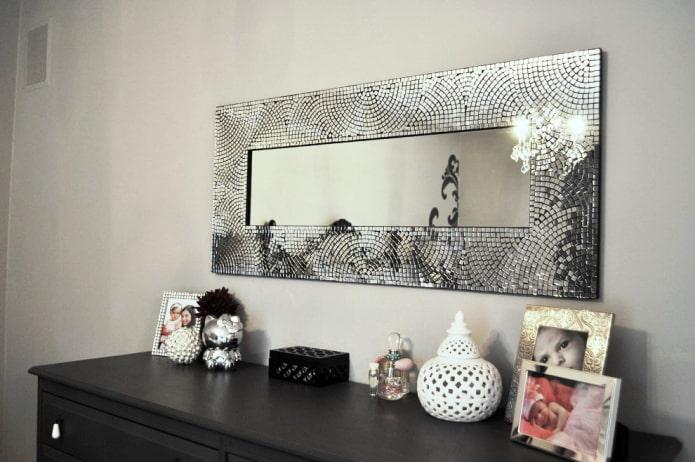 Мозаичные узоры на раме зеркала