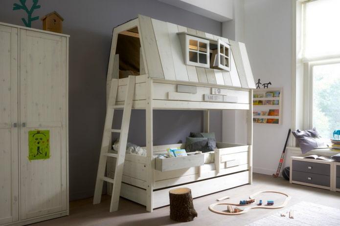 двухъярусная кровать в виде домика в детской