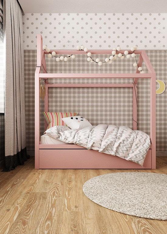розовая кровать в виде домика в детской