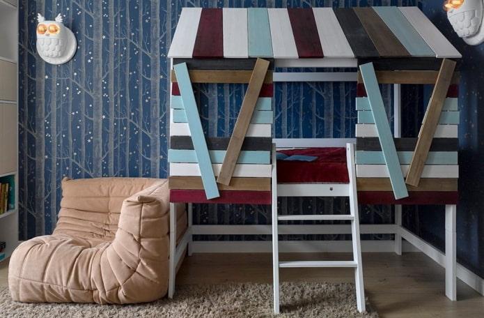 кровать в виде домика с лестницей в детской