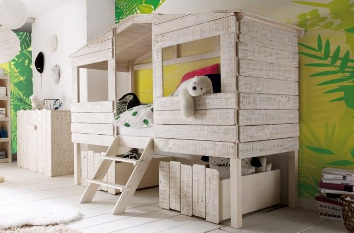 кровать в виде домика в детской