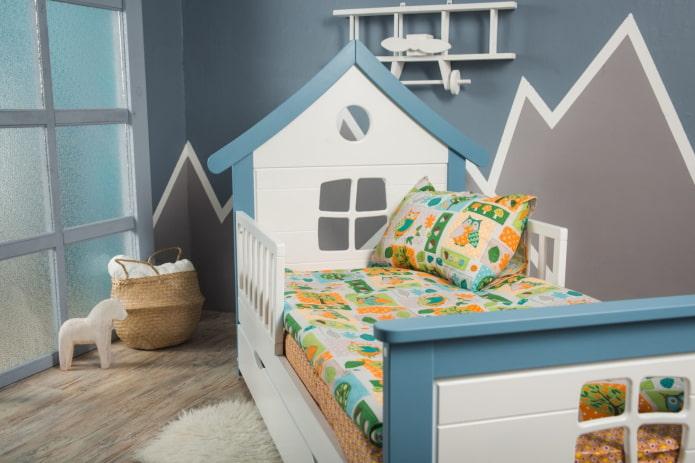 кровать в виде домика с бортиками в детской