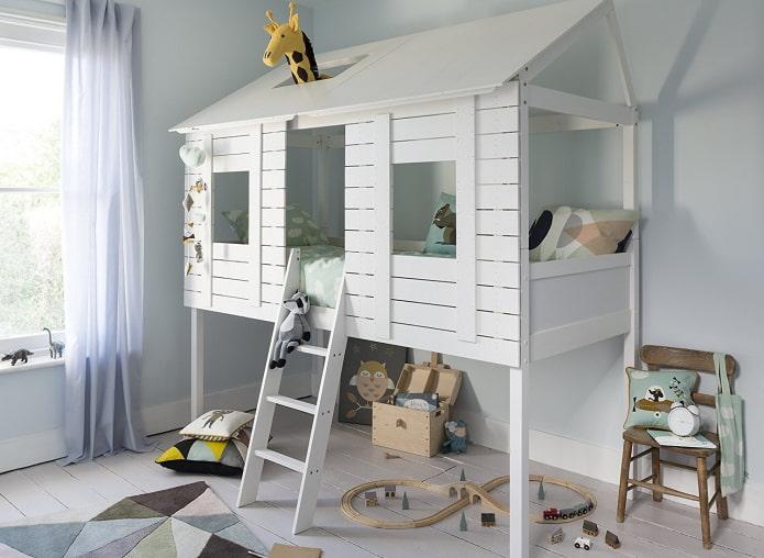 кровать в виде домика с игровой зоной в детской