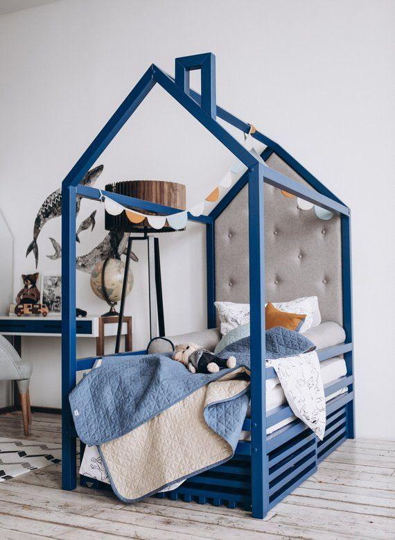 синяя кровать в виде домика в детской