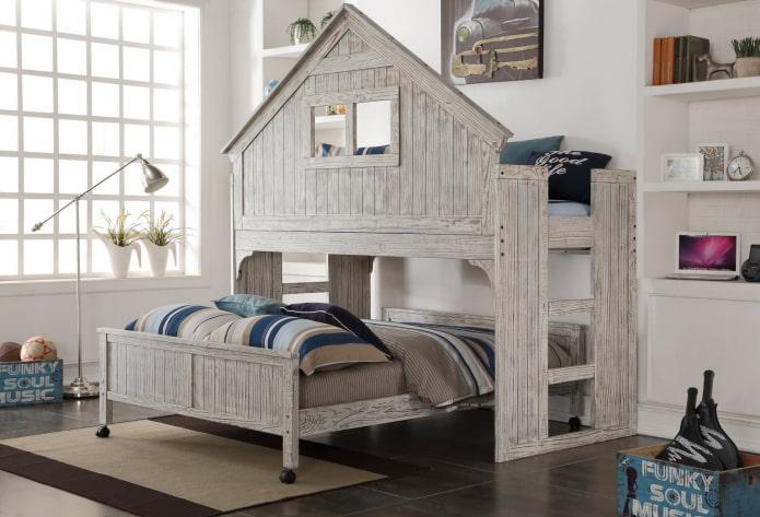 серая кровать в виде домика в детской