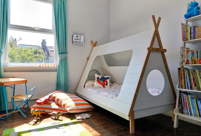 кровать в виде вигвама в детской для мальчика