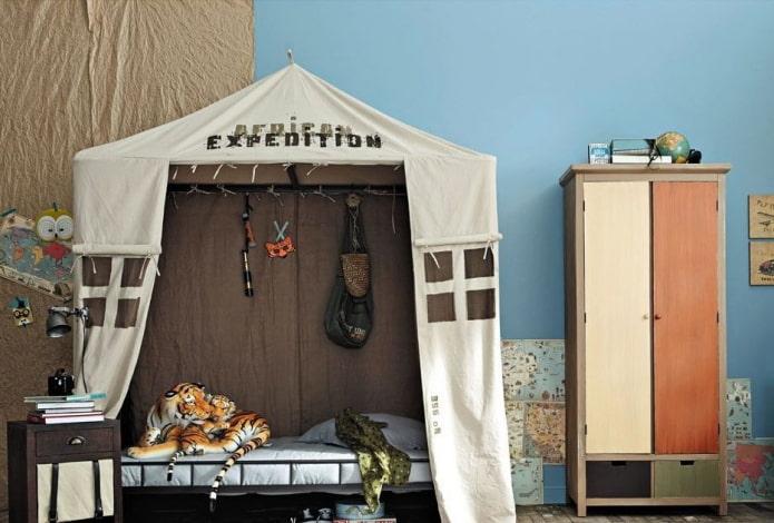 кровать в виде палатки в детской для мальчика