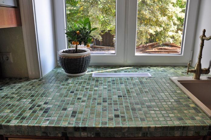 мозаика на подоконнике в интерьере кухни