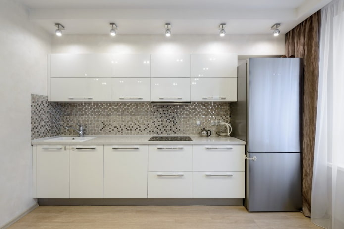серебряная мозаичная плитка на кухне