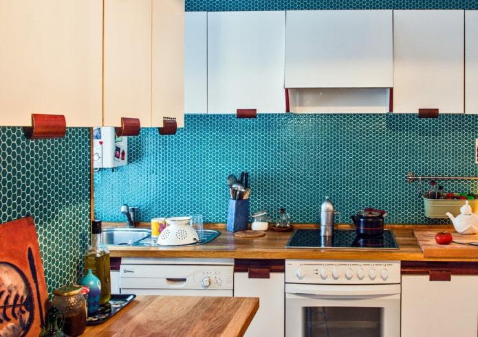 бирюзовая мозаичная плитка на кухне